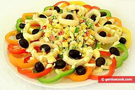 Vassoio di insalata di calamari e peperoni dolci