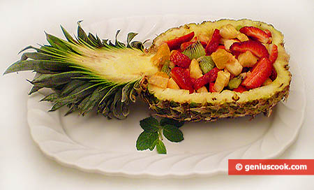 La macedonia di frutta in coppa d'ananas