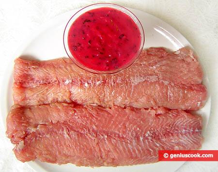 Filetti del pesce siluro e salsa di mirtilli rossi