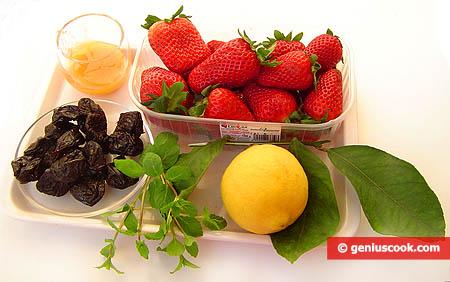 Ingredienti del dessert di fragole e prugne secche
