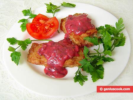 Porzione di pesce siluro con salsa di mirtilli rossi