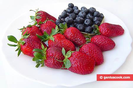 Ingredienti per il dessert di fragole e mirtilli