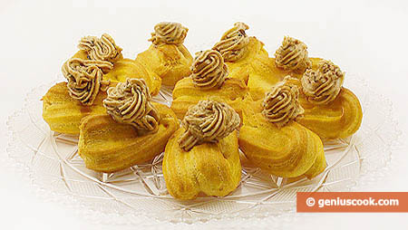 vassoio di bignè, choux, alla crema di caffè, pistacchi e pinoli
