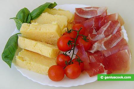 Ingredienti per l'antipasto di prosciutto e polenta