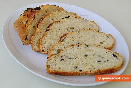 Pane fatto in casa alle olive e cipolle rosse, affettato