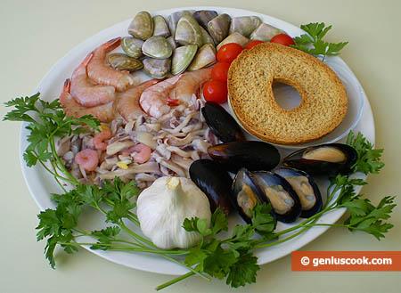 Ingredienti per il brodetto di gamberoni e molluschi