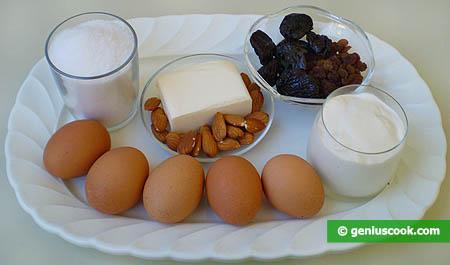 Ingredienti per il dolce con mandorle e prugne secche