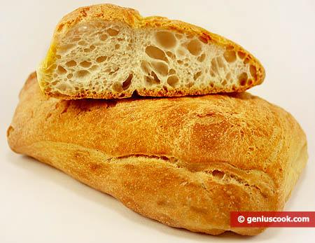Pagnotta di pane  fresco con abbondante crosta