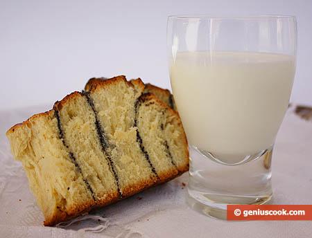 Brioches con semi di papavero, sezione e latte