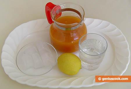 ingredienti per il cocktail di succo di limone e albicocca