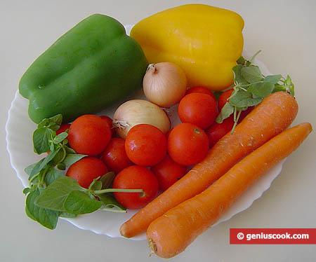 ingredienti per l'insalata di ortaggi con origano fresco