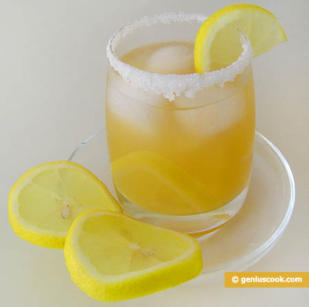 cocktail di Martini Dry con succo di pesca