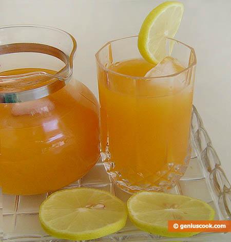cocktail di succo di limone e albicocca