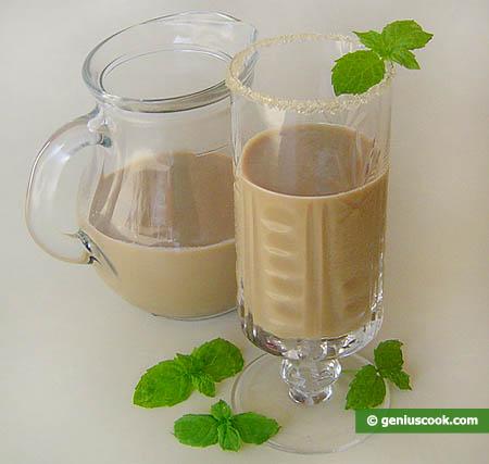 Молочный коктель с тамариндовым и мятным сиропами.