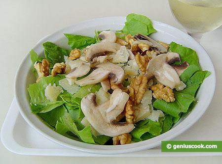 Insalata romana con funghi, formaggio, noci