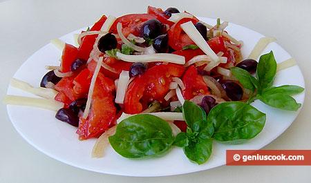 Insalata di pomodori e olive al formaggio