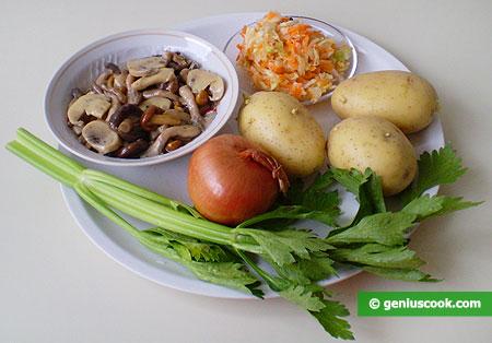 ingredienti per l'insalata di funghi, patate e cavolo cappuccio