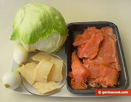 ingredienti per l'insalata con salmone affumicato e formaggio parmigiano