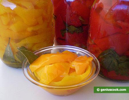 Peperoni marinati e barattoli dipeperoni per conservarli