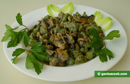 Gnocchetti di ricotta e spinaci con salsa di panna e funghi