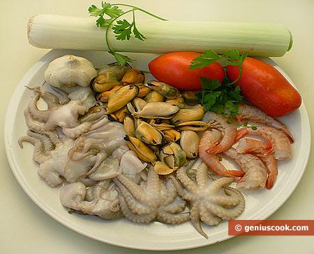 """ingredienti per la """"Zuppa di polpi, gamberi, cozze, con porri"""""""