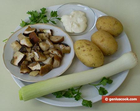 """Ingredienti per la """"Zuppa di funghi porcini, patate, formaggio"""""""