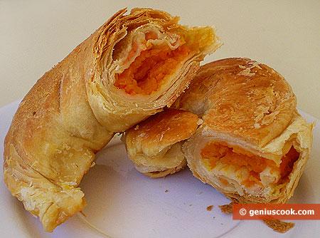 Croissant (cornetti) ripieni di zucca, tagliati