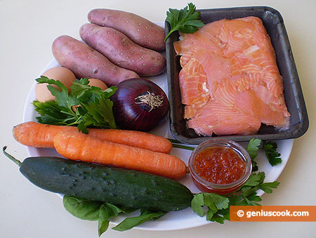 Ingredienti per l'insalata con salmone affumicato e caviale rosso