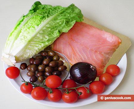 Ingredienti per l'Insalata con salmone, olive di Geta e cipolla rossa