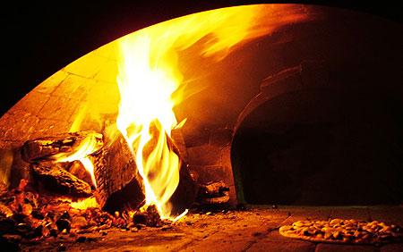 caratteristico forno a legna per la cottura delle pizze
