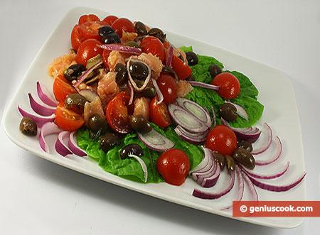 Insalata con salmone, olive di Gaeta e cipolla rossa