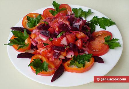 Ingredienti per l'insalata di barbabietole, cavoli, peperoni, pomodori