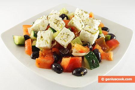 Insalata Greca, ortaggi, olive e formaggio Feta