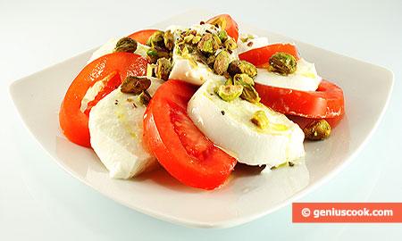 Mozzarella di latte di bufala con pomodori e pistacchi