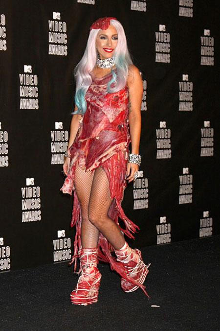 Lady Gaga con il suo, stravagante, abito