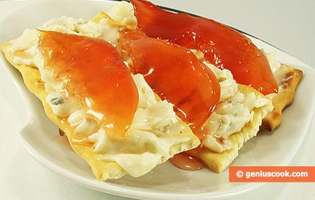 Crostini con formaggio gorgonzola e confettura di mele cotogne