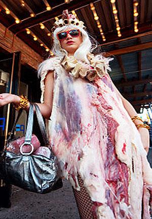 Lady Gaga indossa l'abito di carne fresca