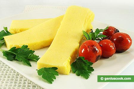 Polenta ai quattro formaggi, a fette.