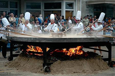 Preparazione della frittata gigante