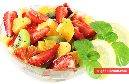 Macedonia di kiwi, fragole, arance