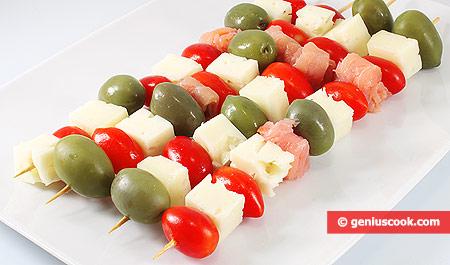 Spiedini di salmone e formaggio con pomodorini e olive