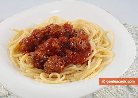 Spaghetti con polpettine in salsa di pomodoro