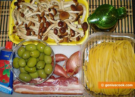 Ingredienti per i tagliolini con funghi, pancetta e olive verdi