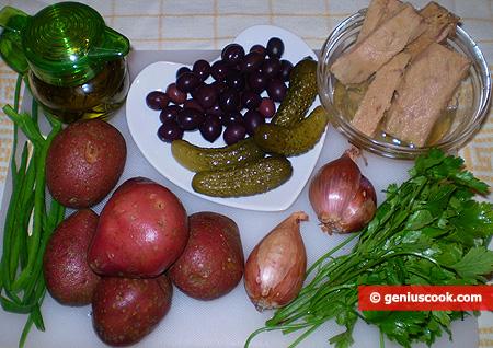 Ingredienti per l'Insalata di patate con tonno, olive e cetriolini marinati