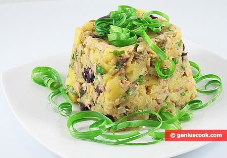 Insalata di patate con tonno, olive e cetriolini marinati