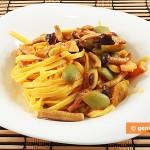 Tagliolini con funghi, pancetta e olive verdi