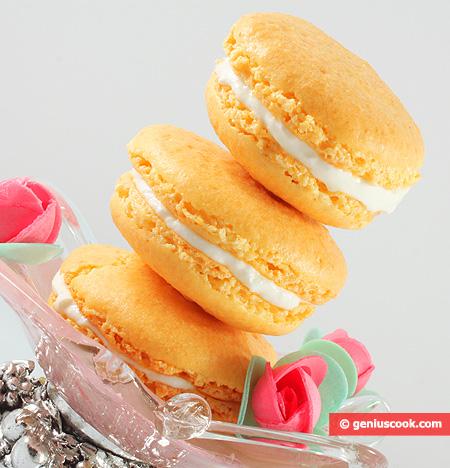 Biscotti Macarons allo zafferano con yogurt greco