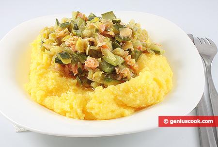 Polenta con salsa di salmone affumicato e zucchini
