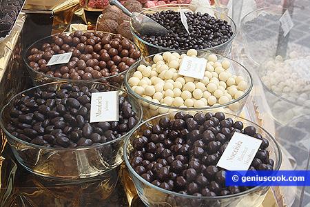 Nocciole ricoperte di cioccolato e nocciole caramellate