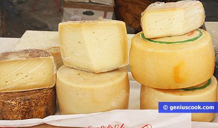 Vari tipi di formaggi, caciotte stagionate